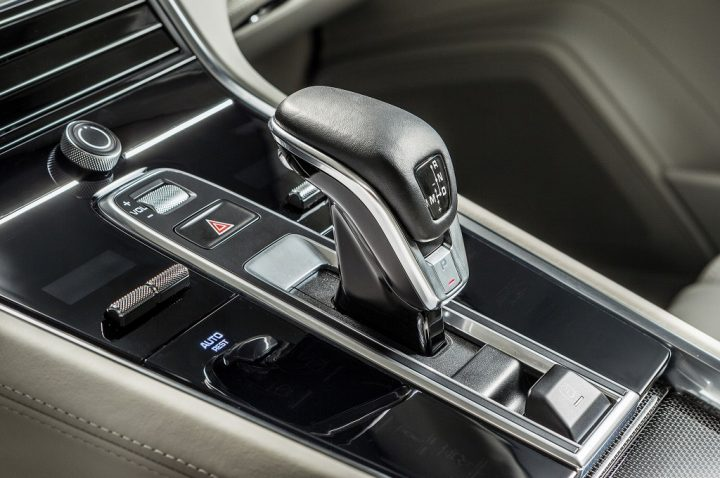 2017-Porsche-Panamera-gear-knob